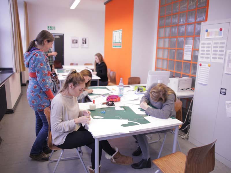 Schüler/innen der Klassen G13-1 und G13-2 entwerfen im Rahmen einer LernsituaMon zur Unternehmensgründung Give-Aways für fiktive nachhaltige Unternehmen.
