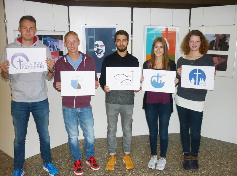 Schülerinnen und Schüler der G13-2 bei der Präsentation der Entwürfe - Joulian Qorayt mit seinem Siegerentwurf in der Mitte.