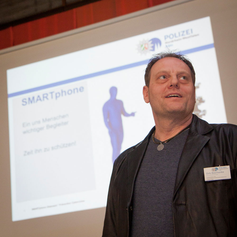 EKHK Günter Korn veranschaulicht die Methoden professioneller Teams von Taschendieben