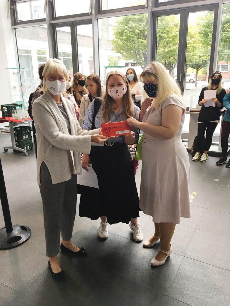 GTAs gestalten Klima-Bus: Nele Blumenthal (in der Mitte) und Jessica Martini (rechts)